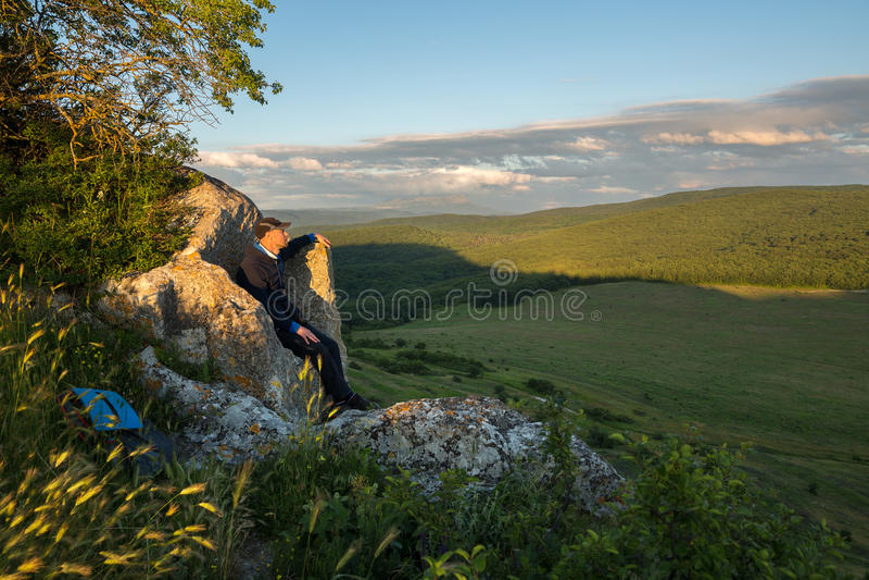 Τουρίστας στο θρόνο πετρών στην κορυφή της πόλης Bakla σπηλιών σε Bakhchysarai Raion στοκ φωτογραφία με δικαίωμα ελεύθερης χρήσης