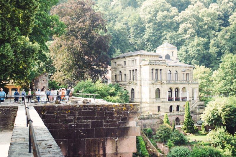 Τουρίστας στο κάστρο της Χαϋδελβέργης με το παλαιό ιστορικό κτήριο στοκ φωτογραφία