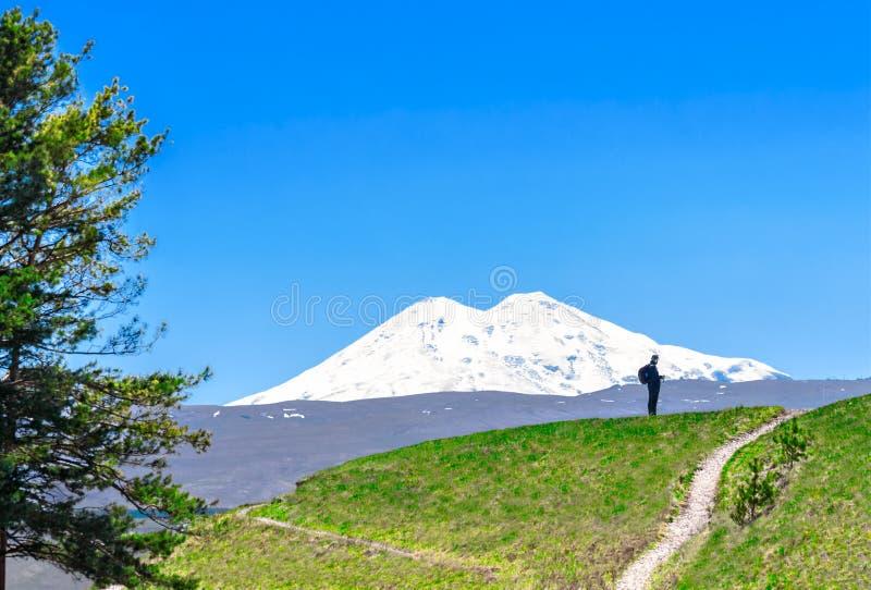 Τουρίστας στο υπόβαθρο του υποστηρίγματος Elbrus στοκ φωτογραφίες
