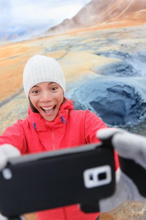 Τουρίστας της Ισλανδίας selfie στο καυτό ελατήριο mudpot hverir στοκ εικόνα
