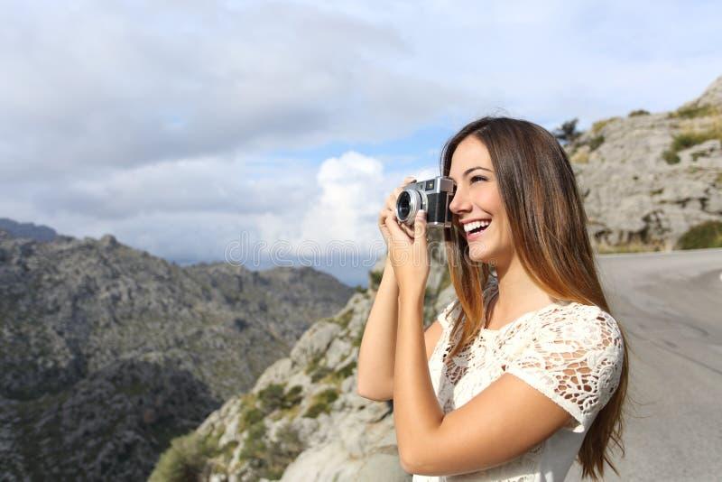 Τουρίστας φωτογράφων που απολαμβάνει τις διακοπές και που παίρνει μια φωτογραφία στοκ φωτογραφία με δικαίωμα ελεύθερης χρήσης