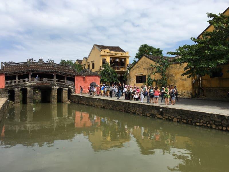 Τουρίστες από την ιαπωνική γέφυρα σε Hoi, Βιετνάμ στοκ φωτογραφία με δικαίωμα ελεύθερης χρήσης