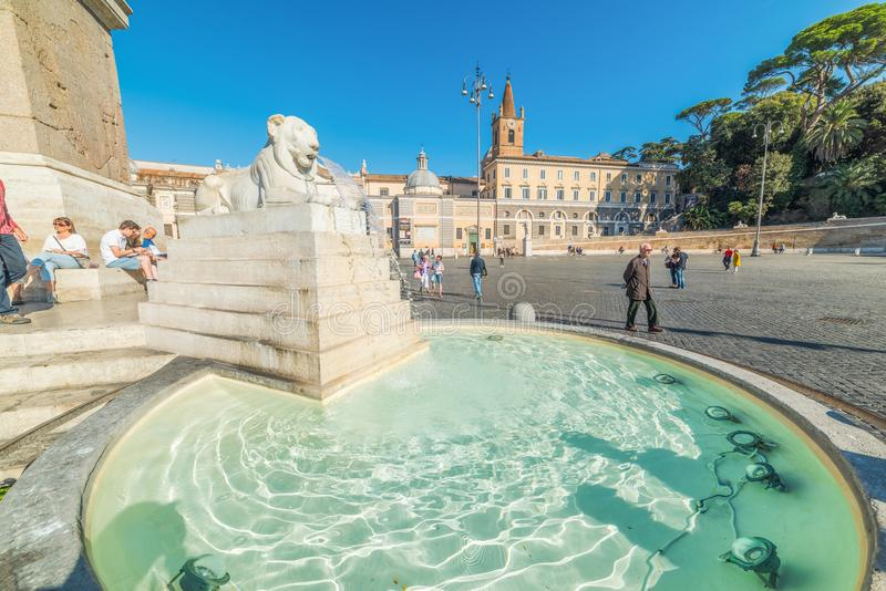 Τουρίστες από την πηγή λιονταριών Piazza del Popolo στοκ εικόνες με δικαίωμα ελεύθερης χρήσης