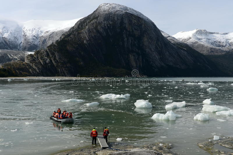 Τουρίστες από το κρουαζιερόπλοιο που προσγειώνεται στην ακτή κοντά στον παγετώνα της Pia στοκ εικόνες με δικαίωμα ελεύθερης χρήσης