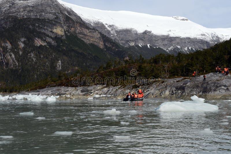 Τουρίστες από το κρουαζιερόπλοιο που προσγειώνεται στην ακτή κοντά στον παγετώνα της Pia στοκ φωτογραφίες