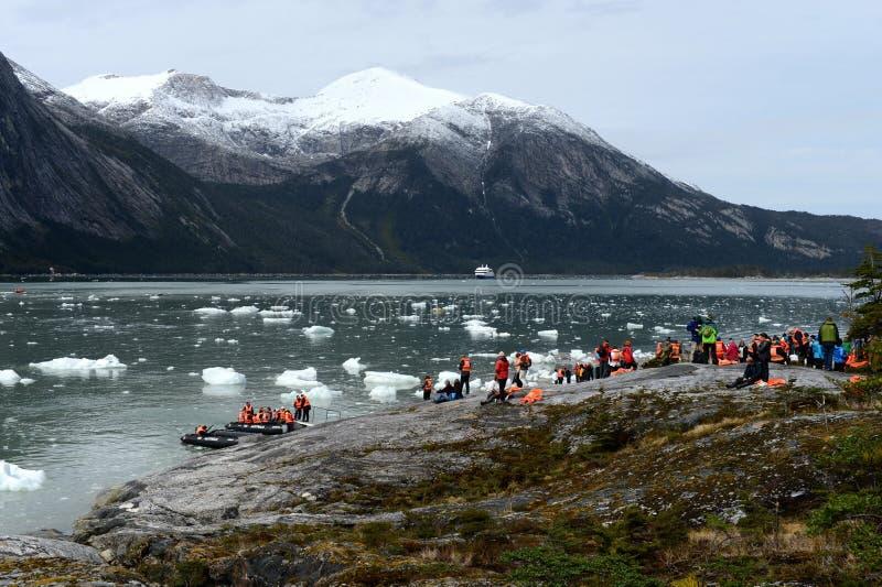 Τουρίστες από το κρουαζιερόπλοιο που προσγειώνεται στην ακτή κοντά στον παγετώνα της Pia στοκ φωτογραφίες με δικαίωμα ελεύθερης χρήσης