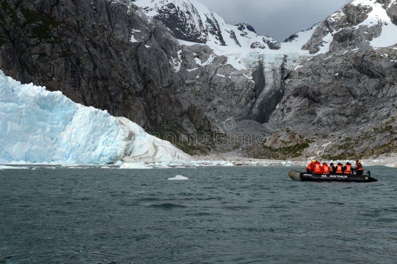 Τουρίστες από το κρουαζιερόπλοιο στον παγετώνα της Νένας στοκ φωτογραφία με δικαίωμα ελεύθερης χρήσης