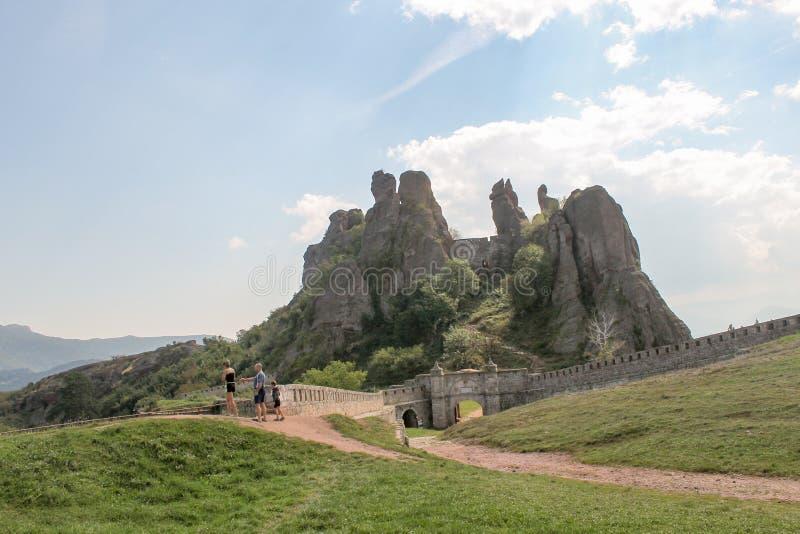Τουρίστες βράχου Belogradchik στοκ φωτογραφία με δικαίωμα ελεύθερης χρήσης
