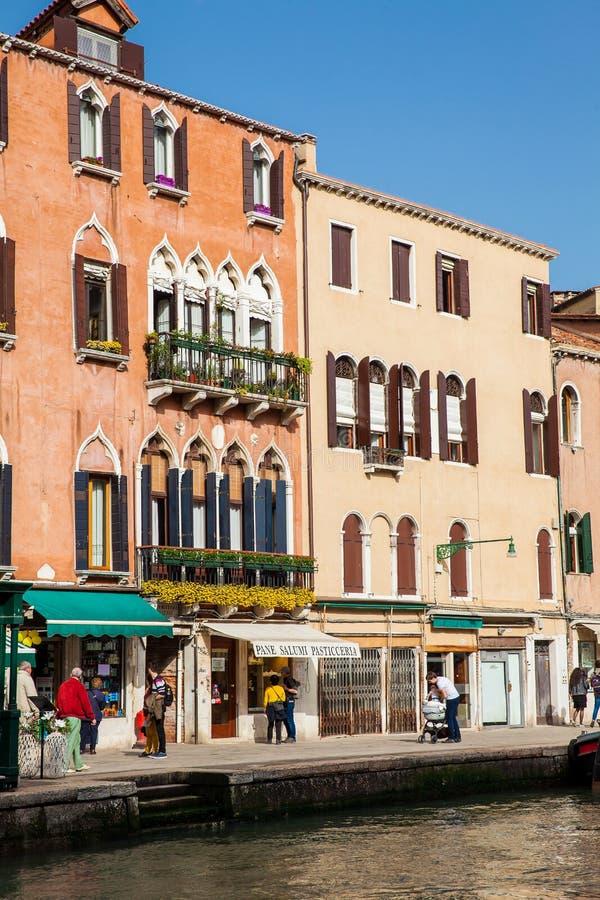Τουρίστες και ντόπιοι που περπατούν γύρω από τις όμορφες οδούς της Βενετίας σε μια ηλιόλουστη πρόωρη ημέρα άνοιξη στοκ φωτογραφία με δικαίωμα ελεύθερης χρήσης
