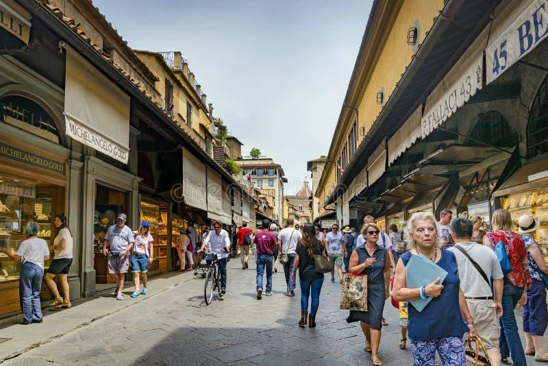 Τουρίστες και περπάτημα κατά μήκος του διάσημου Ponte Vecchio στη Φλωρεντία, Ιταλία στοκ εικόνες