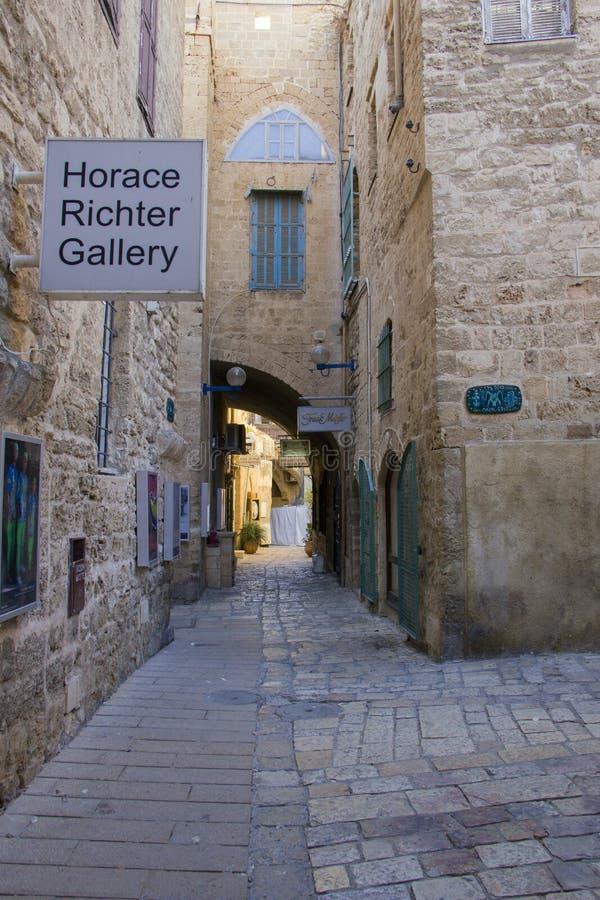 Τουρίστες και ταξιδιώτες στις οδούς πετρών της αρχαίας πόλης Jaffa, Ισραήλ στοκ φωτογραφία