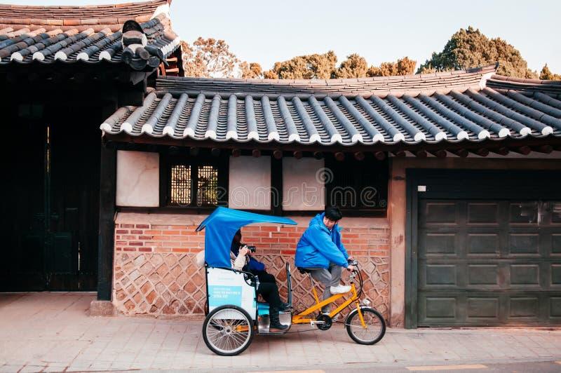 Τουρίστες και τουρνέ Pedicap rickshaw στο Bukchon Hanok παλιό τοπικό χωριό Σεούλ - Νότια Κορέα στοκ φωτογραφία