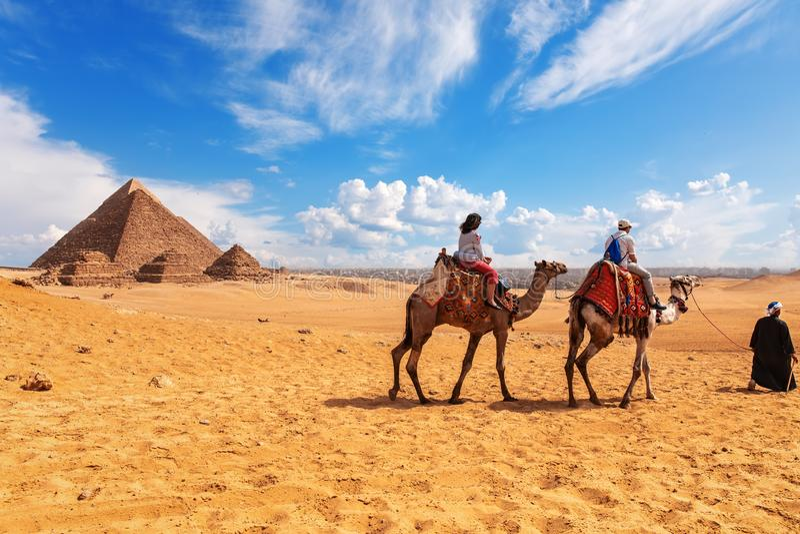 Τουρίστες, καμήλες, bedouins και οι πυραμίδες στην έρημο Giza στοκ φωτογραφίες με δικαίωμα ελεύθερης χρήσης