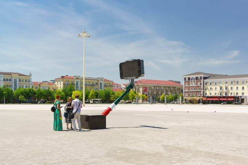 Τουρίστες κοντά στο μοναδικό αντικείμενο τέχνης ενός διαλογικού selfie-monopod στο τετράγωνο Abubukar Kadyrov στο κέντρο πόλεων στοκ εικόνες