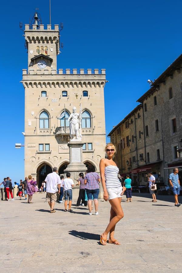 Τουρίστες κοντά στο Palazzo Pubblicco στον Άγιο Μαρίνο στοκ εικόνα