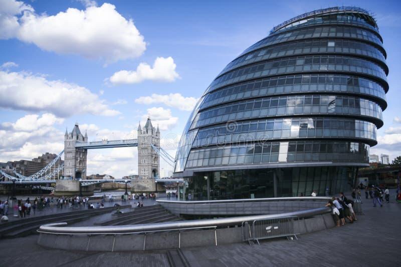 Τουρίστες Λονδίνο Δημαρχείων southbank στοκ φωτογραφία