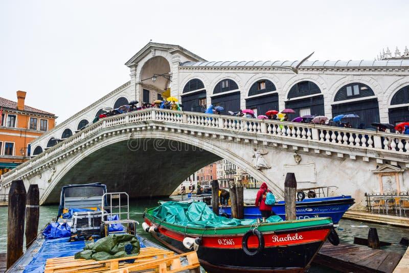 Τουρίστες μια βροχερή ημέρα στη γέφυρα Rialto στο μεγάλο κανάλι στη Βενετία, Ιταλία στοκ εικόνες με δικαίωμα ελεύθερης χρήσης