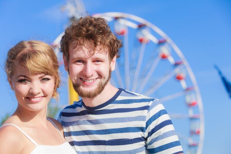 Τουρίστες που αγαπούν το ζεύγος υπαίθριο στο λούνα παρκ στοκ φωτογραφία με δικαίωμα ελεύθερης χρήσης
