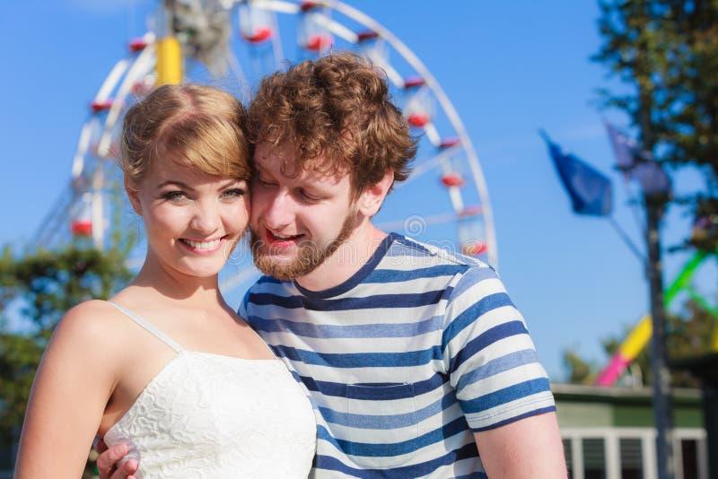 Τουρίστες που αγαπούν το ζεύγος υπαίθριο στο λούνα παρκ στοκ φωτογραφίες