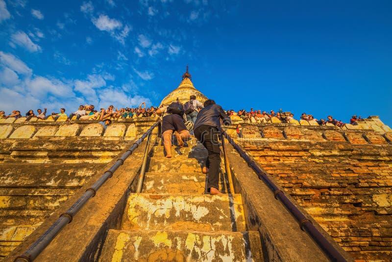 Τουρίστες που αναρριχούνται μέχρι την κορυφή του ναού Shwesandaw στοκ φωτογραφία
