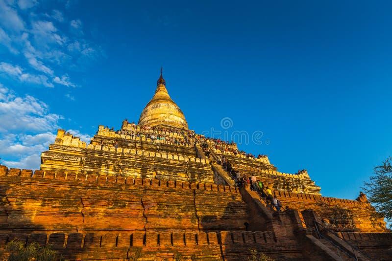 Τουρίστες που αναρριχούνται μέχρι την κορυφή του ναού Shwesandaw στοκ εικόνα