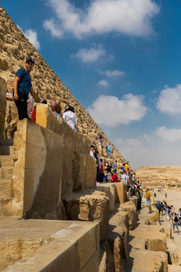 Τουρίστες που αναρριχούνται στις πυραμίδες Giza, Αίγυπτος στοκ φωτογραφία