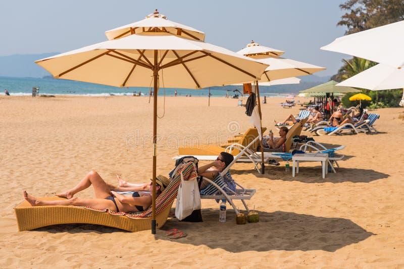 Τουρίστες που απολαμβάνουν και που χαλαρώνουν στην παραλία Goa/Ινδία Agonda στοκ φωτογραφίες