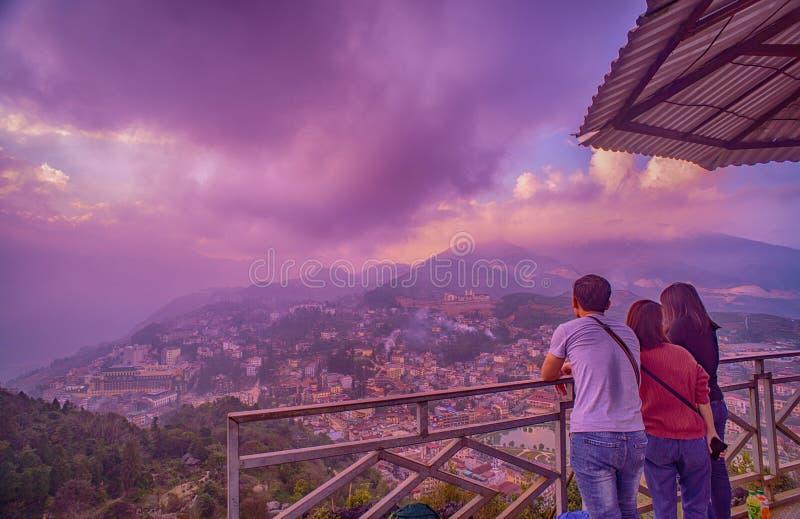Τουρίστες που απολαμβάνουν την όμορφη θέα εικονικής παράστασης πόλης, από το βουνό ζαμπόν rong, πόλη Sapa στοκ εικόνες