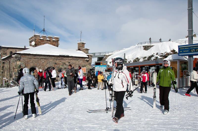 Τουρίστες που αφήνουν το τραίνο Gornergrat πρίν κάνει σκι στοκ εικόνα με δικαίωμα ελεύθερης χρήσης