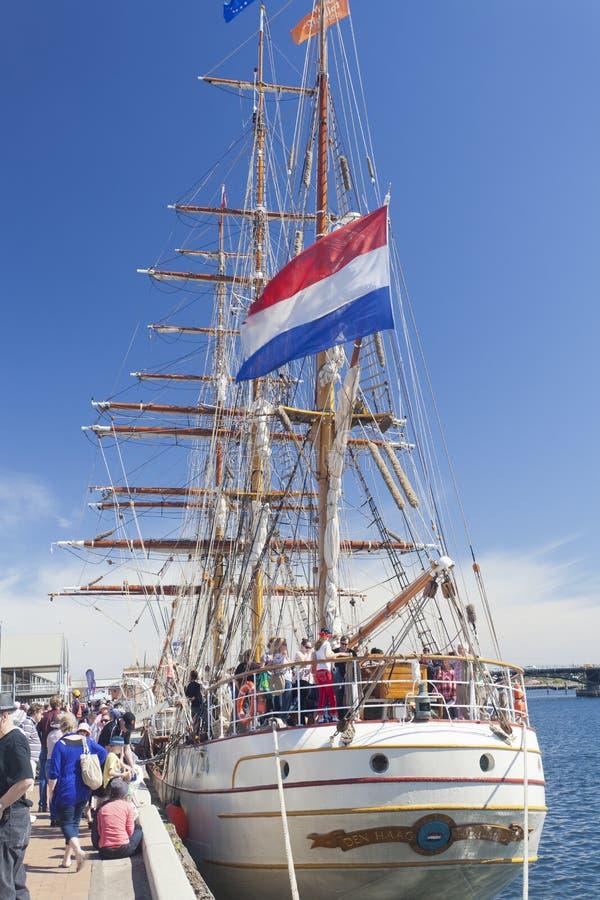Τουρίστες που επισκέπτονται ένα ψηλό σκάφος στοκ εικόνες
