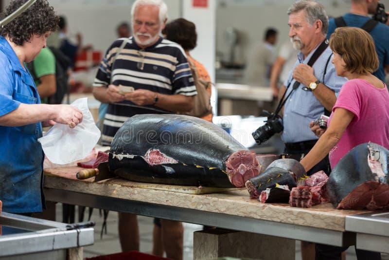 Τουρίστες που επισκέπτονται την αγορά ψαριών του διάσημου DOS Lavradores Mercado στο Φουνκάλ, πρωτεύουσα της Μαδέρας στοκ εικόνα με δικαίωμα ελεύθερης χρήσης