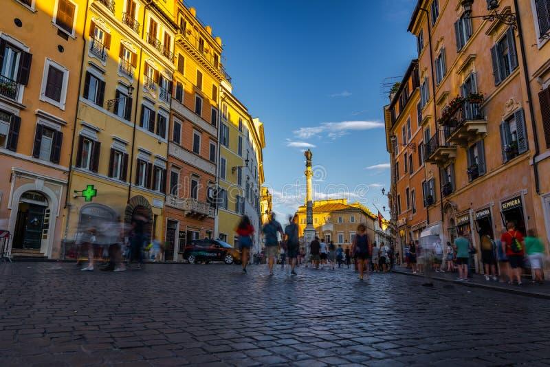 Τουρίστες που επισκέπτονται τις οδούς της Ρώμης Ιταλία στοκ εικόνες με δικαίωμα ελεύθερης χρήσης