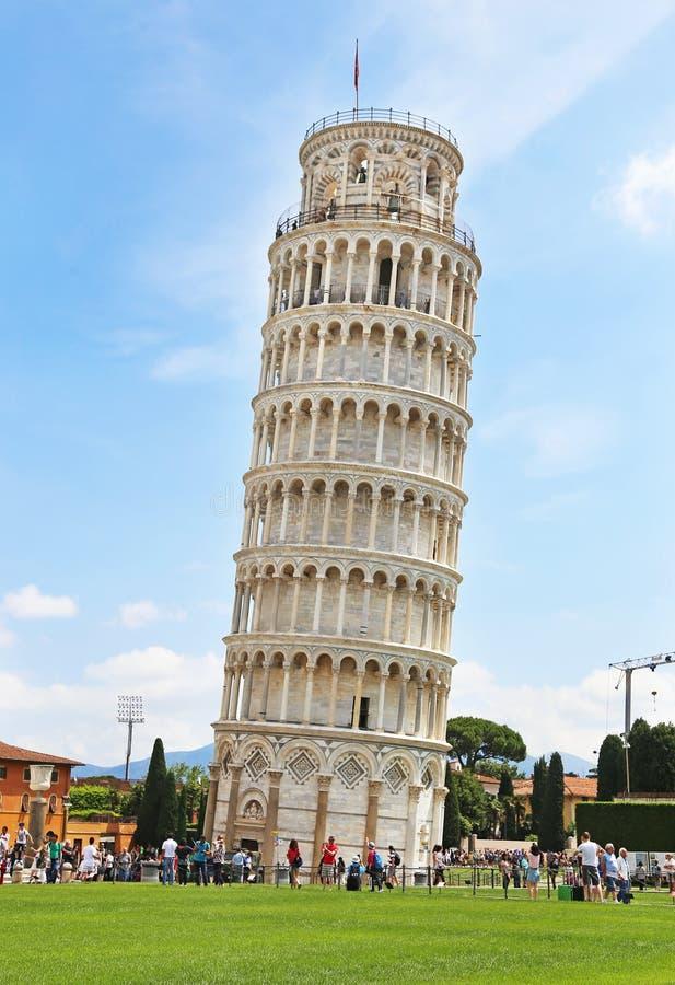 Τουρίστες που επισκέπτονται τον κλίνοντας πύργο της Πίζας Ιταλία - διάσημα ιταλικά ορόσημα στοκ φωτογραφία