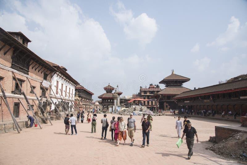 τουρίστες που επισκέπτονται το durbar τετράγωνο bhaktapur στοκ εικόνες