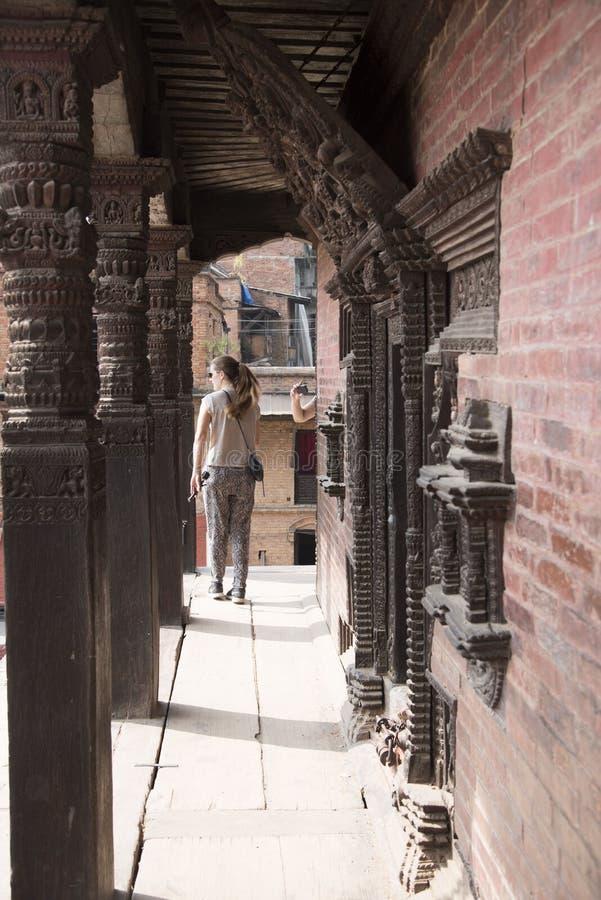τουρίστες που επισκέπτονται το durbar τετράγωνο bhaktapur στοκ φωτογραφία