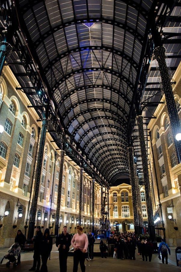 Τουρίστες που επισκέπτονται το Galleria του σανού τη νύχτα, Λονδίνο στοκ φωτογραφίες