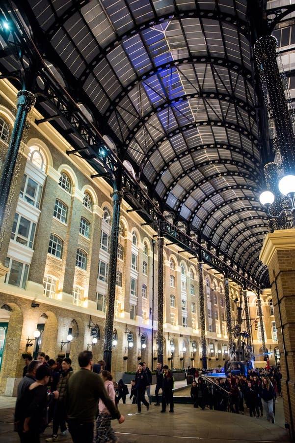 Τουρίστες που επισκέπτονται το Galleria του σανού τη νύχτα, Λονδίνο στοκ εικόνες