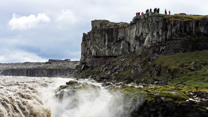 Τουρίστες που επισκέπτονται Dettifoss, ο ισχυρότερος καταρράκτης στην Ισλανδία στοκ εικόνες με δικαίωμα ελεύθερης χρήσης