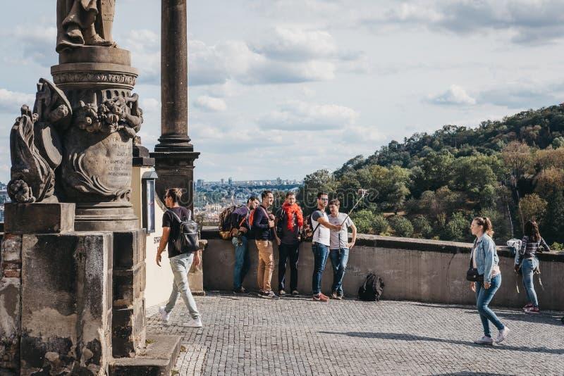 Τουρίστες που παίρνουν selfies σε μια πλατφόρμα εξέτασης κοντά στο Κάστρο της Πράγας, Δημοκρατία της Τσεχίας στοκ εικόνες με δικαίωμα ελεύθερης χρήσης