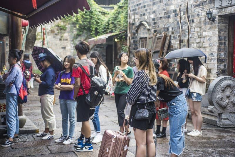 Τουρίστες που περιμένουν στη σειρά για τα πρόχειρα φαγητά ειδικότητας στην περιοχή ανατολικών πυλών στοκ φωτογραφίες με δικαίωμα ελεύθερης χρήσης
