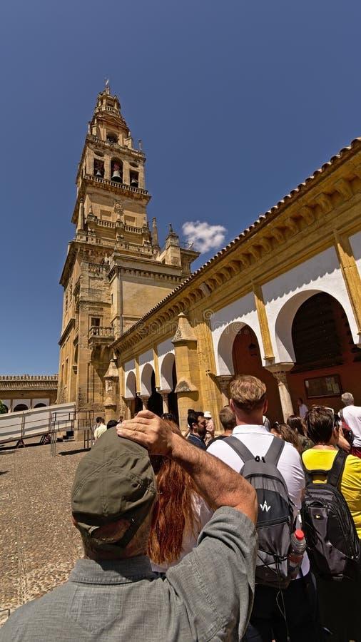Τουρίστες που περιμένουν στη σειρά επάνω μπροστά από τον πύργο κουδουνιών του καθεδρικού ναού μουσουλμανικών τεμενών της Κόρδοβα στοκ φωτογραφία με δικαίωμα ελεύθερης χρήσης