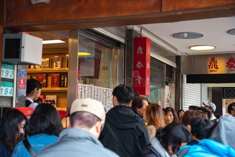Τουρίστες που περιμένουν στη σειρά στο αρχικό εστιατόριο DIN Tai Fung mainstore στοκ φωτογραφία με δικαίωμα ελεύθερης χρήσης