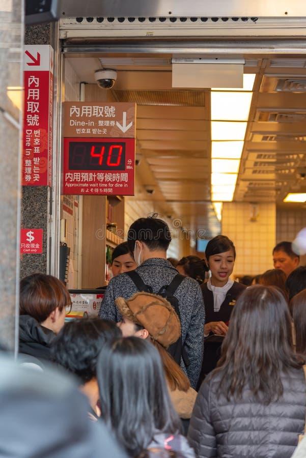 Τουρίστες που περιμένουν στη σειρά στο αρχικό εστιατόριο DIN Tai Fung mainstore στοκ εικόνες