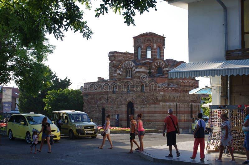 Τουρίστες που περνούν από την ανατολική Ορθόδοξη Εκκλησία σε βουλγαρικό Nesebar στοκ φωτογραφία με δικαίωμα ελεύθερης χρήσης