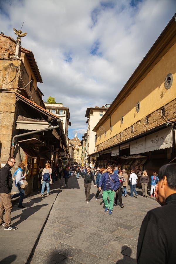 Τουρίστες που περπατούν από το Ponte Vecchio στη Φλωρεντία στοκ φωτογραφία με δικαίωμα ελεύθερης χρήσης