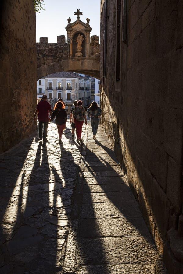 Τουρίστες που περπατούν κάτω από την αψίδα ή Arco de το Λα Estrella, Caceres αστεριών στοκ εικόνες