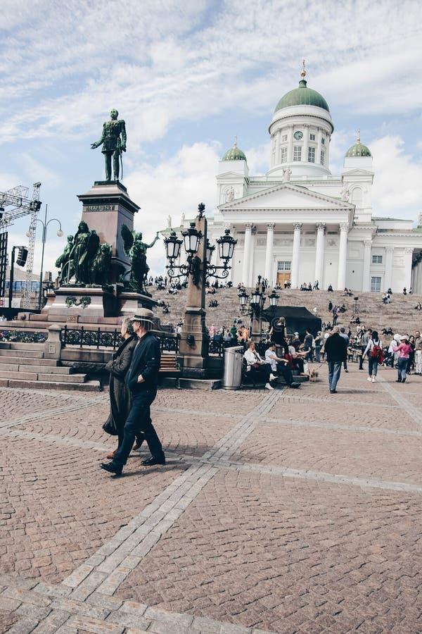 Τουρίστες που περπατούν μπροστά από τον καθεδρικό ναό του Ελσίνκι στοκ φωτογραφία με δικαίωμα ελεύθερης χρήσης
