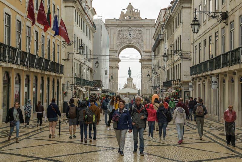 Τουρίστες που περπατούν στην οδό Rua Αουγκούστα στην περιοχή Baixa σε Lisb στοκ φωτογραφία με δικαίωμα ελεύθερης χρήσης