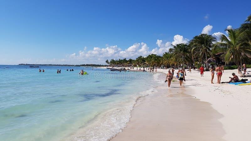 Τουρίστες που περπατούν στην παραλία στοκ φωτογραφία