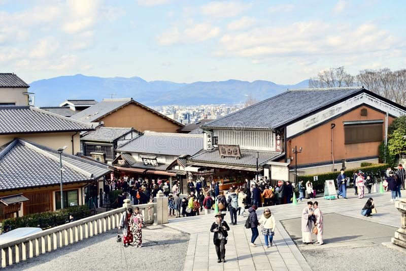 Τουρίστες που περπατούν στο ναό Κιότο, Ιαπωνία kiyomizu-Dera στοκ εικόνα